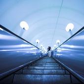 Mover a escada rolante na estação de metrô — Fotografia Stock