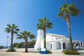 Biały kościół i palmy, agia napa — Zdjęcie stockowe