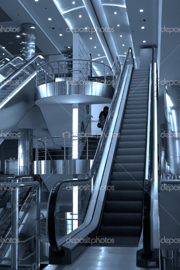 Free diagonal escalators stairway in center and ceiling lamps — Lizenzfreies Foto #1328633
