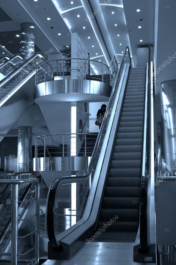 Free diagonal escalators stairway in center and ceiling lamps — Foto Stock #1328633