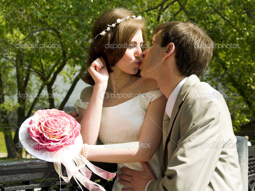Married couple sweet kiss — Stock Photo #1329583