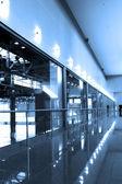 Szklany korytarz w centrum biurowe — Zdjęcie stockowe