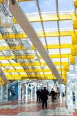 Janelas do céu amarelo corredor azul — Fotografia Stock