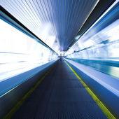 Azul escada rolante em movimento no salão de escritório — Fotografia Stock