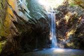 Chute d'eau dans les montagnes de troodos — Photo