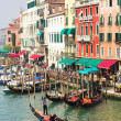 Gondoliers wait tourists — Stock Photo