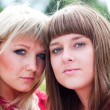 Two girls in park — Stockfoto