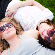 Two girls in sunglasses lays — 图库照片
