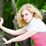 Красивая девушка блондинка на дерево — Стоковое фото