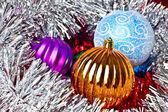 λευκό πούλιες και τα χριστούγεννα μπάλες — Φωτογραφία Αρχείου
