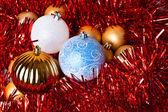 Klatergoud en kerstmis ballen — Stockfoto