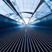 Pohyblivé modré travolator na letišti — Stock fotografie