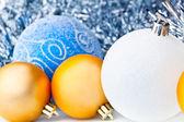 Beyaz tinsel ve noel topları — Stok fotoğraf