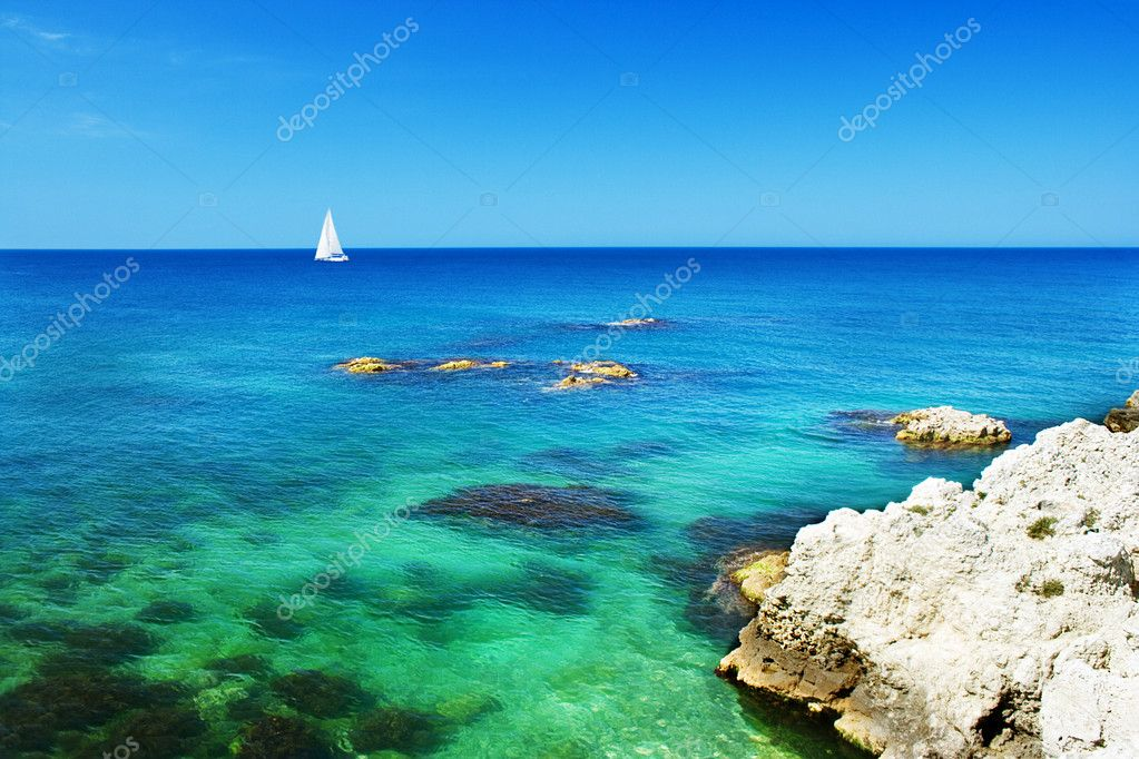 Sailboat sailing in crystal-clear water — Foto Stock #1298304