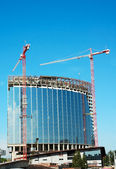 Tower cranes make skyscraper — Stock Photo
