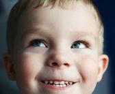 Amusant petit garçon — Photo