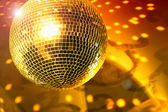 Glanzende disco bal op nachtclub close-up — Stockfoto