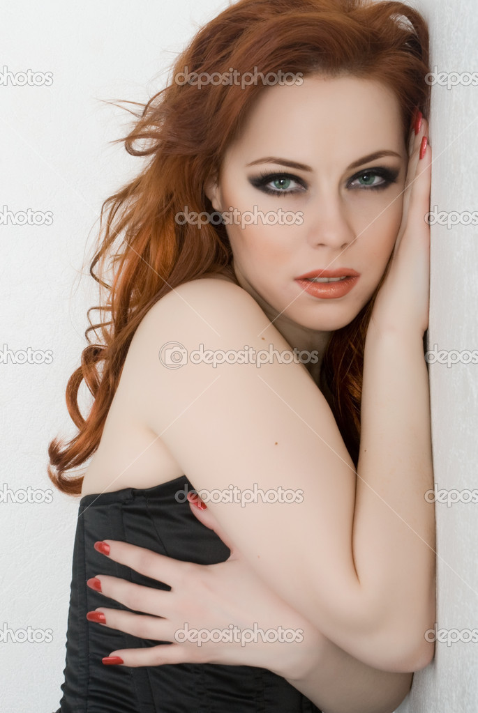 美红头发绿眼睛的女人 (685x1023)