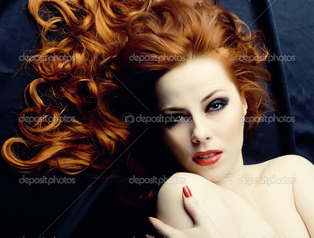 Beauutiful young woman with red hair — Lizenzfreies Foto #1204308