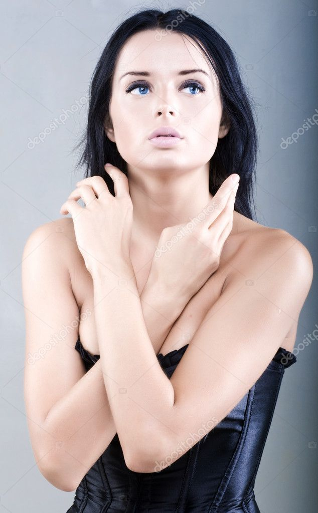 Portrait of beautiful young woman with long black hair — Stock Photo #1206382