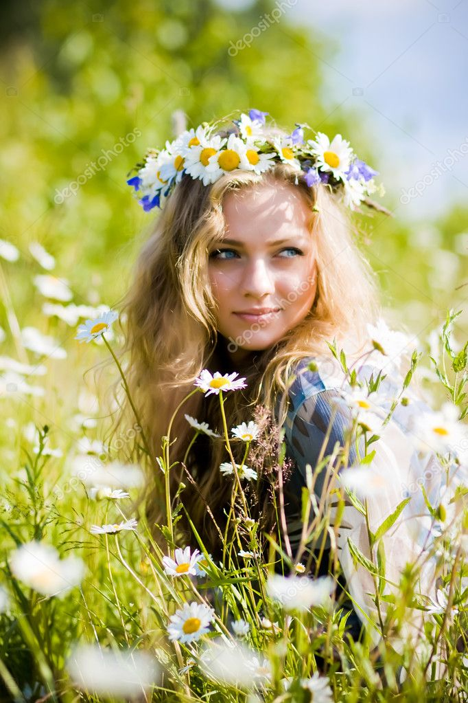 Beautiful young girl with diadem on camomile field — Stock Photo #2424454