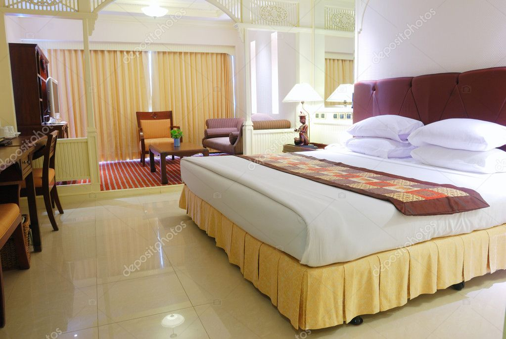 Luxurious hotel room interior with king-size bed — Stock Photo #1233798