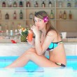 jeune fille au bar de la piscine tropicale — Photo
