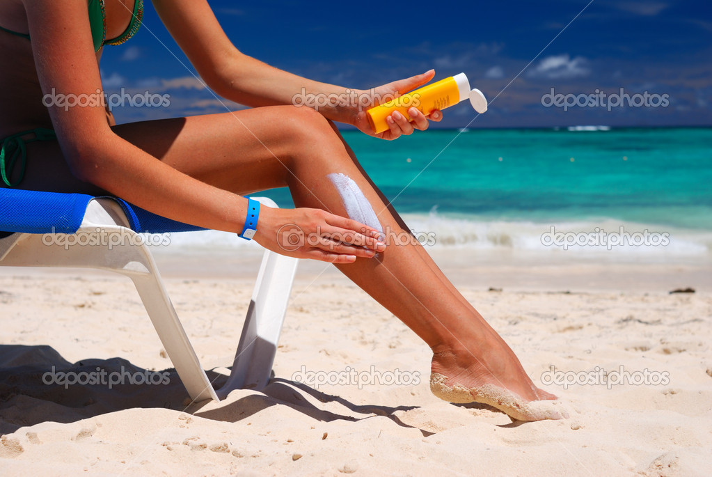 Tan woman applying sun protection lotion — Stock Photo #1537751
