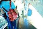 Em escadas rolantes no shopping — Fotografia Stock