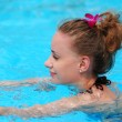 ragazza in piscina tropicale — Foto Stock