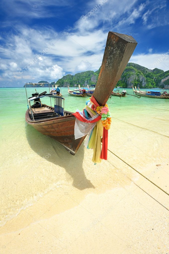 Traditional Thai boat in beautiful beach landscape in Thailand — Stock Photo #1810614