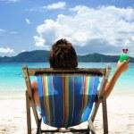 adam bir plajda — Stok fotoğraf