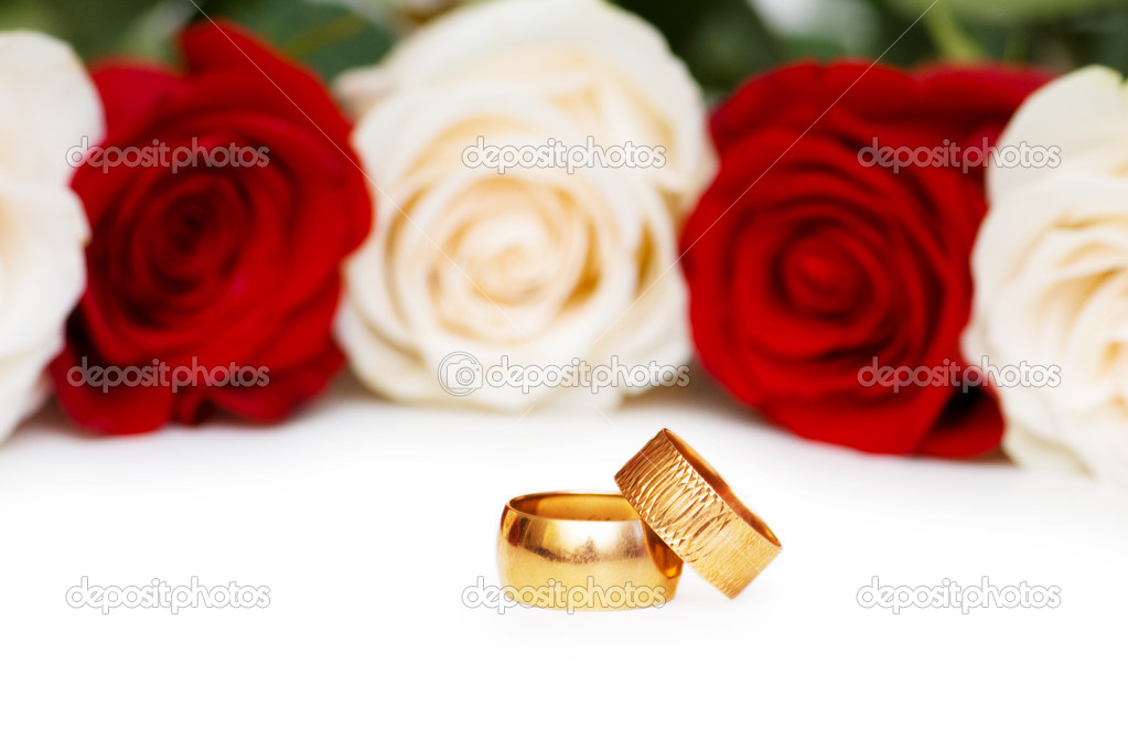 Roses and wedding rings isolated on the white — Stock Photo #1843696