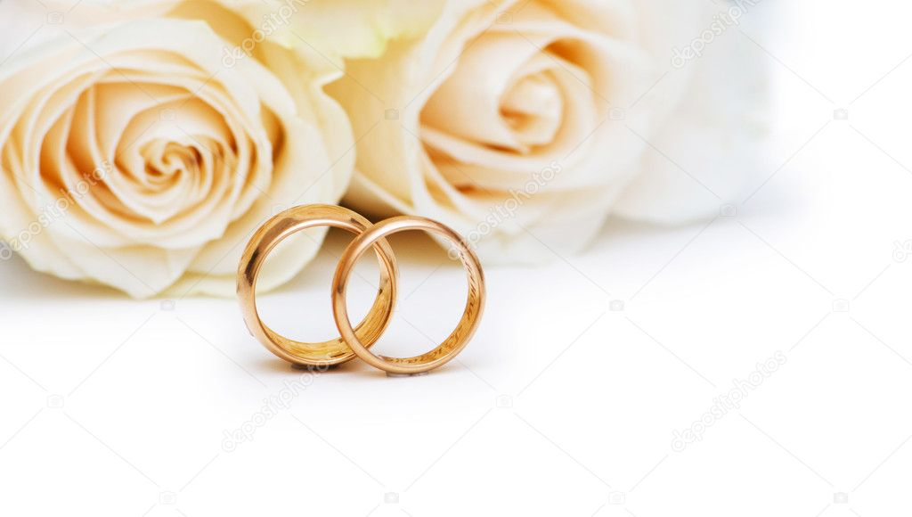 Wedding concept with roses and golden rings — Stock Photo #1843763