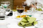 Copas de vino en la mesa — Foto de Stock