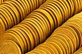 Cerca de las pilas de moneda de oro — Foto de Stock