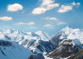 Altas montañas bajo la nieve — Foto de Stock