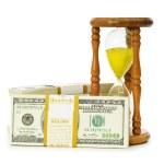 el tiempo es dinero concepto con dólares — Foto de Stock