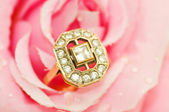 Golden ring against pink rose — Stock Photo
