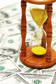 El tiempo es dinero con billetes de dólar — Foto de Stock