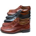 varios zapatos masculinos aislados — Foto de Stock