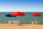 表、 椅子和海滩上的太阳伞 — 图库照片