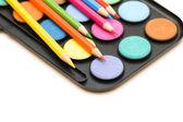 Palette et crayons isolés — Photo