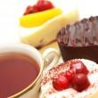 šálek čaje a různé ovocné dorty — Stock fotografie