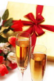 Dois copos de vinho, caixa de presente e flores — Foto Stock