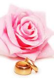 Dwie obrączki i róża — Zdjęcie stockowe
