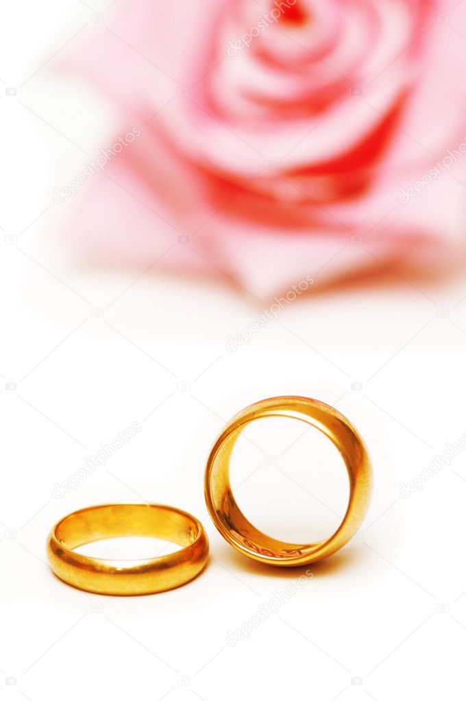 Two golden wedding  rings and a pink rose — Stok fotoğraf #2658800