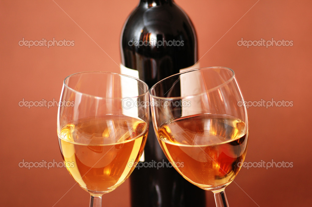 Two wine glasses and bottle of wine — Stock Photo #2659368