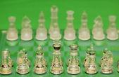 Figures d'échecs verre contre vert — Photo