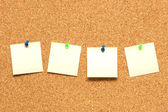 Yellow post it notes on the corkboard — 图库照片